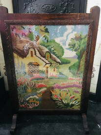 BEAUTIFUL VINTAGE FIRESCREEN WITH COLOURFUL TAPESTRY COTTAGE SCENE IN ORNATE WOODEN FRAME