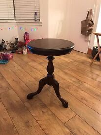 A round Mahogany real wood table.