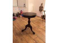 A round Mahogany real wood table.