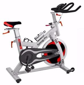 NEUF!!! FITNESS GO - SYNERGY PRO - VÉLO SPINNING COMMERCIAL - CEINTURE PULSATIONS INCLUSE - ROUE = 48.5 LBS - SPD CLIPS
