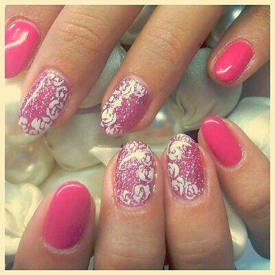 Zarte Blumenmotive treffen auf Glitzer und kräftiges Pink – so sieht der Sommer aus.