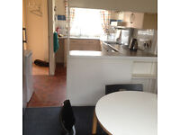 ***IDEAL FOR MEDICS*** 4-5 bed house for working professionals just 5 min walk from QE - £52PPPW!