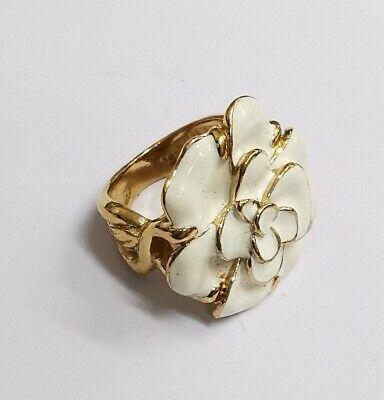 Bonito Anillo Flor de Metal Dorado Y Céramique. Tamaño 52.Ref56824