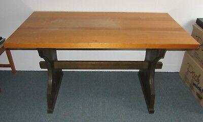 Freistehende Arbeitstisch (Tisch 2 Bänke Sitzgruppe Tischgruppe Sitzmöbel Holz massiv Schreinerarbeit schwe)