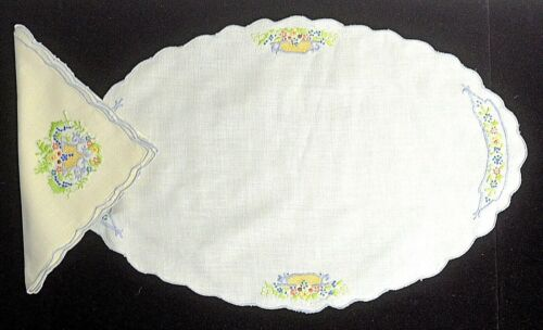 4 VINTAGE LINEN PLACEMATS & NAPKINS HAND EMBROIDERED UU217