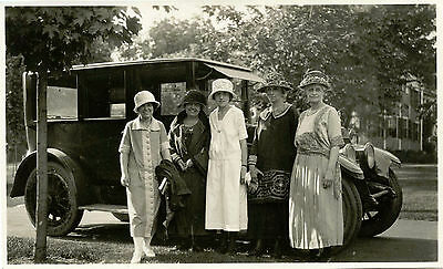 FIVE STYLISH WOMEN POSING BY ANTIQUE CAR ART DECO FASHION 1920's SNAPSHOT PHOTO