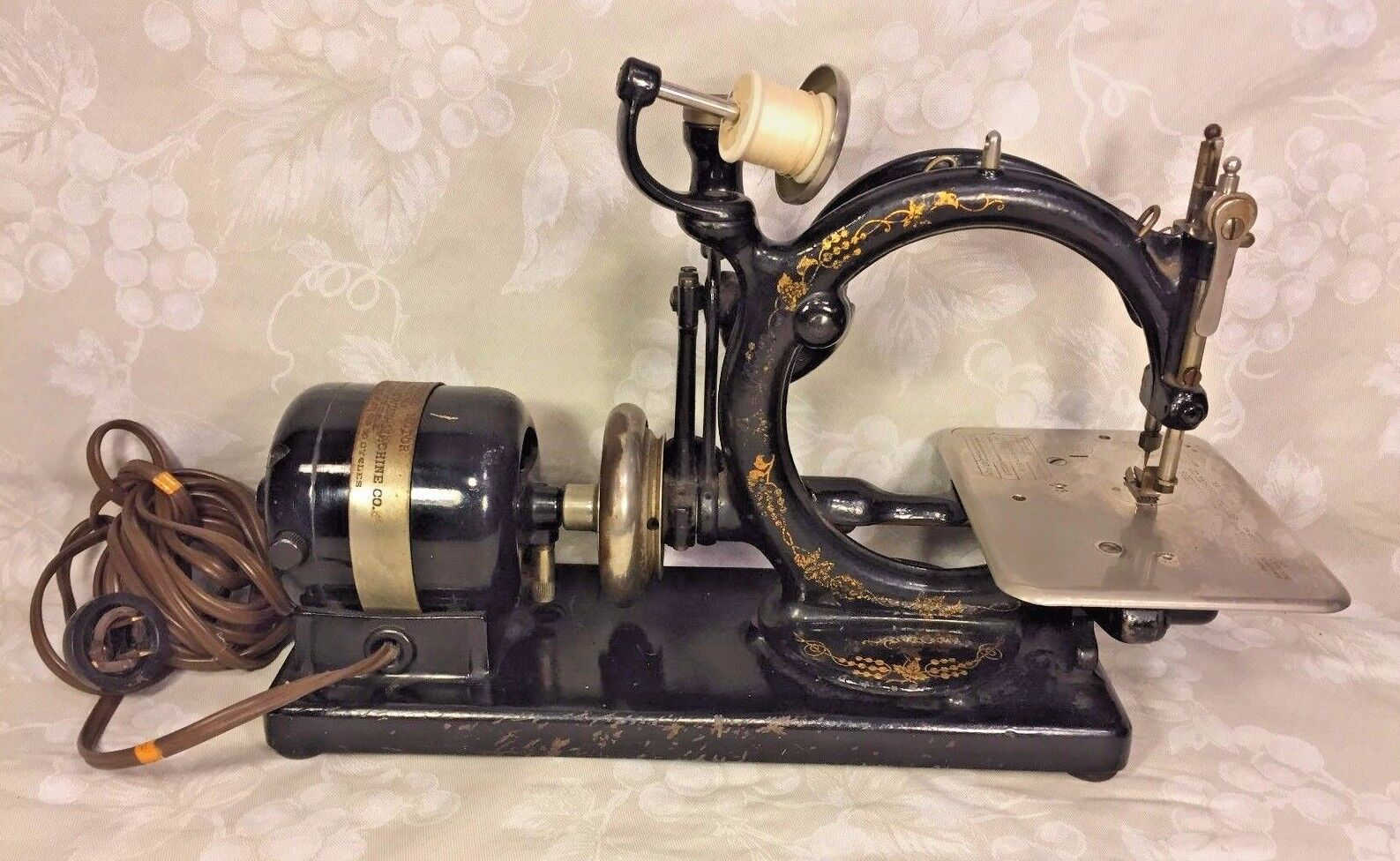 Vintage Willcox and Gibbs Sewing Machine w/ Foot Floor Control & Carrying Case