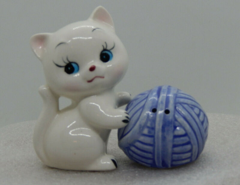 "Vintage Enesco Kitten w/Ball of Yarn Salt & Pepper Shakers. Made in Japan, 3.5"""
