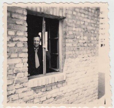 (F25319) Orig. Foto Hausbau, Mann schaut aus Fenster 1950er