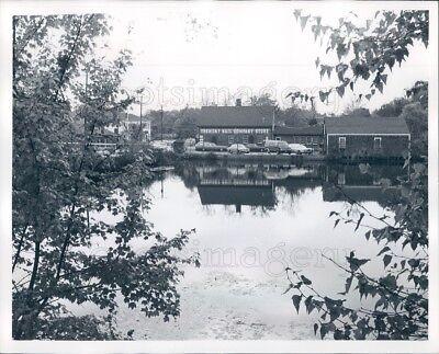 1980 Press Photo Tremont Nail Company Store & Reflection Wareham - Party Store Ma