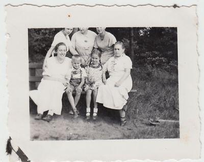 (F18143) Orig. Foto Oerlinghausen, Haus Bethge, Personen auf Bank 1936