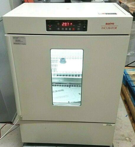 Sanyo MIR-153 Cooled Incubator -10 +50°C w/ Manual, Shelves & Black Lens