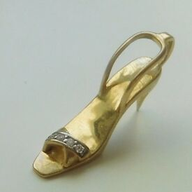 A LOVELY SOLID 9ct GOLD STONE SET STILETTO SHOE PENDANT / CHARM