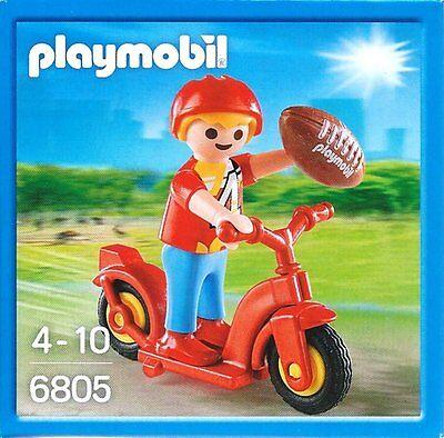 6805 - Garçon avec scooter et ballon