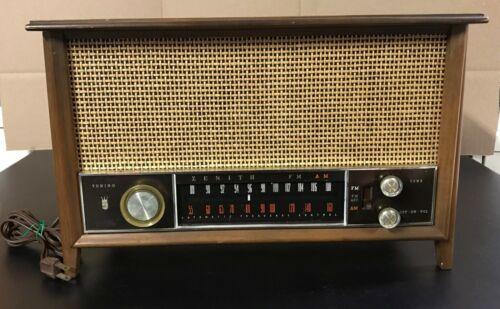 Vintage Zenith T2542 AM/FM Tube Radio in working condition