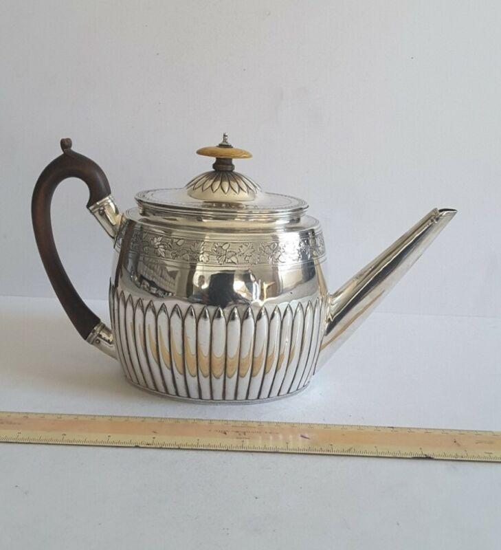 GOOD,  LARGE GEORGIAN ANTIQUE SOLID SILVER TEA POT.      521gms.      LON. 1797.