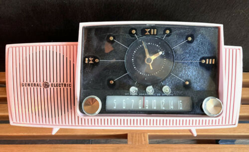 PINK GENERAL ELECTRIC MID CENTURY VACUUM TUBE AM CLOCK RADIO 913D FULLY WORKING