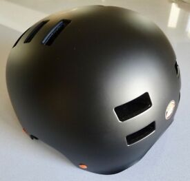 Mongoose Helmet has had very little or no use. 'Large' Size (Size 60 62cm).