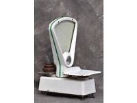 Set of enamelled kitchen scales with weights.