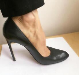Manolo Blahnik black pumps/ 39( UK 6) . Round Toe. Leather cover heels. Slightly used.