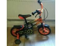 Kids strike 12 inch bike with stabilisers