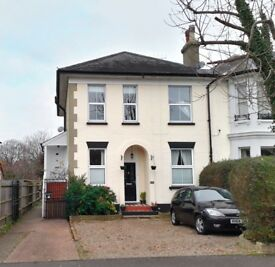 2 bed maisonette flat in Epsom, available 8 October. Short walk to station, perfect for commuting.