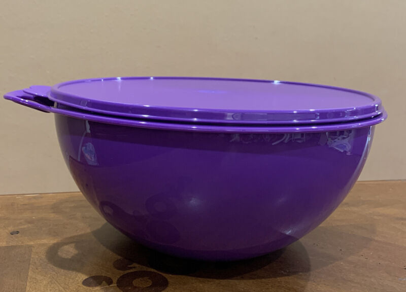 TUPPERWARE LARGE THATSA BOWL 7.8 L/ 32 CUPS-IN PURPLE COLOR !!!