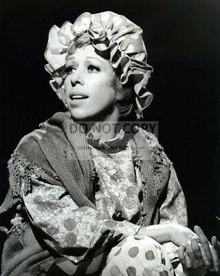 "CAROL BURNETT AS ""THE CLEANING LADY"" - 8X10 PUBLICITY PHOTO (CC-129)"