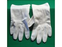 A PAIR OF MENS WHITE GLOVES SIZE 9