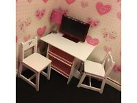 Mia table and chairs