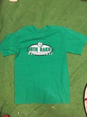UND FIGHTING SIOUX University North Dakota t-shirt vintage clothing Basketball M ()