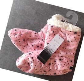 LADIES WARM PINK WITH BLACK STARS FUR SLIPPER BOOTS, S-M