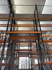 Scaffali industriali stock