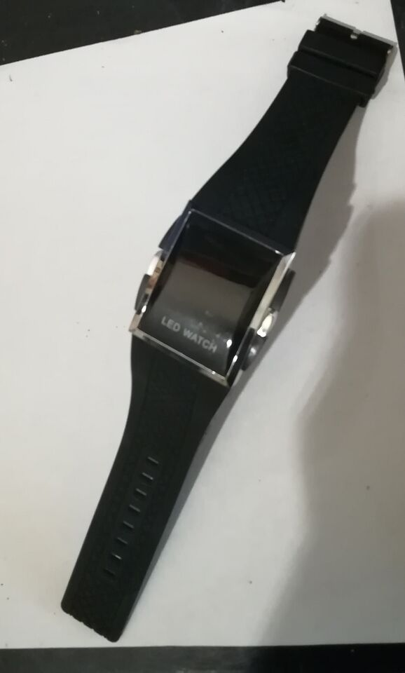 Orologio con display lcd (red numbers)