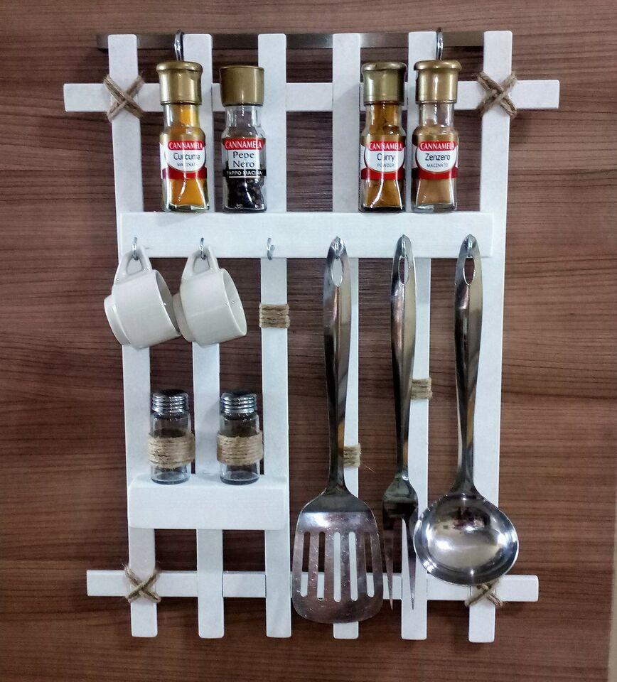 Bacheca in legno per accessori da cucina