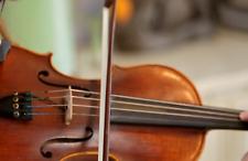 Violinista con violino acustico ed elettrico