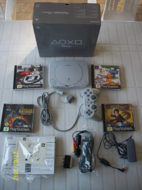 Playstation 1 + 4 giochi + Joistick + Memory Card