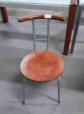 Sedia in acciaio con spalliera in legno