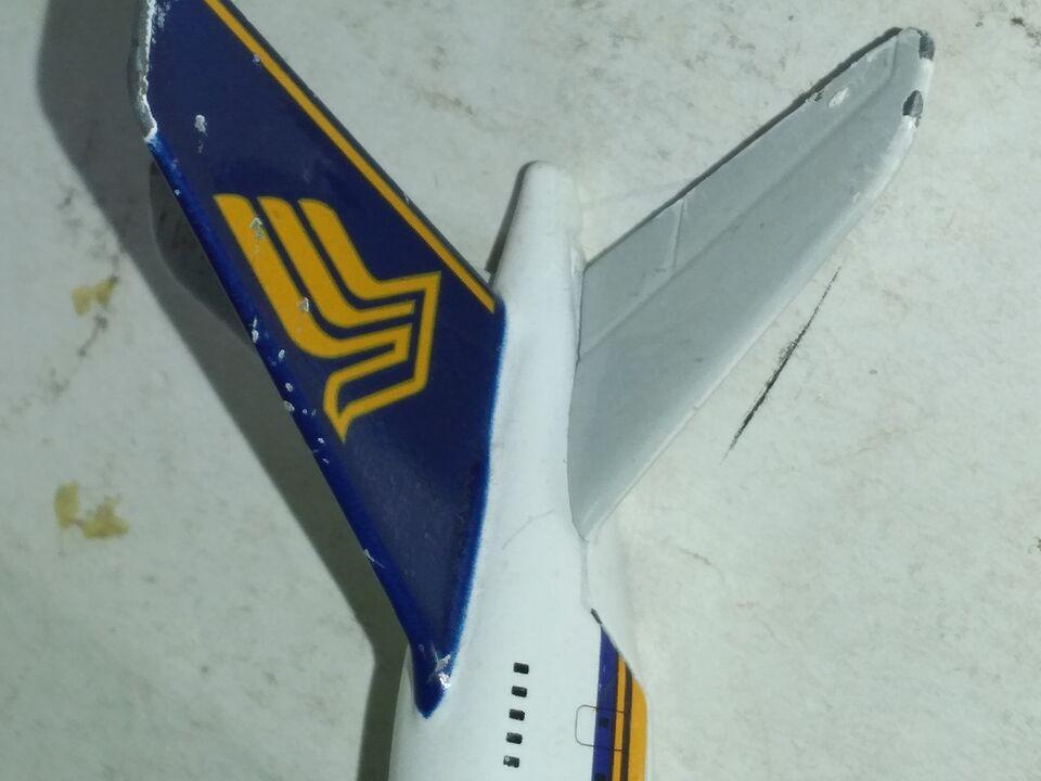Piccolo giocatolo singapore airlines in metallo 4