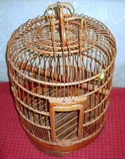 Gabbia thailandese in bamboo per uccelli.