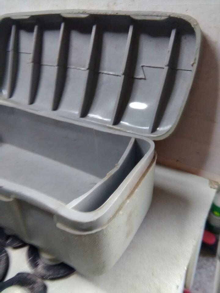 Vecchia scatola attrezzi macchina da cucire con ricambi 6
