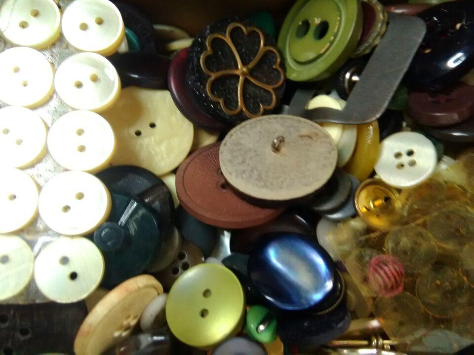 Enorme accumulo di centinaia di bottoni vintage 3