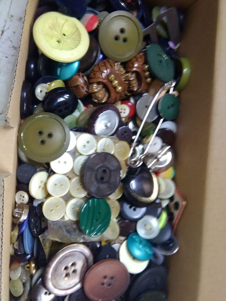 Enorme accumulo di centinaia di bottoni vintage