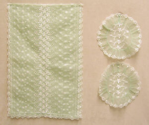 EMBROIDERED-GREEN-TABLE-RUNNER-AND-TWO-DOILIES-GREEN