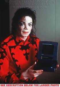 MICHAEL-JACKSON-HOLDING-1992-LAPTOP-1-RARE-8x10-PHOTO
