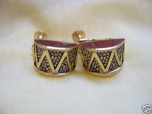 GORGEOUS VINTAGE SIGNED NAPIER GOLD & BLACK DETAILED DRUM SCREW ON EARRINGS