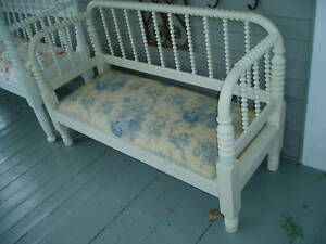 GORGEOUS-VICTORIAN-SPOOL-BED-UPHOLSTERED-BENCH