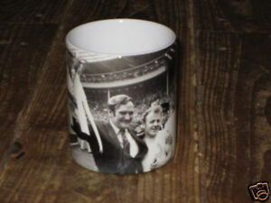 Don-Revie-Billy-Bremner-Leeds-Utd-Victoire-Coupe-d-039-Angleterre-1972-TASSE