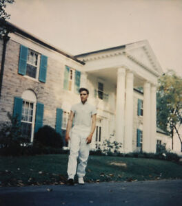 Elvis-Presley-outside-Graceland-Candid-10x8-Photo