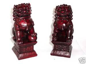 2-weinrote-Drachenhunde-chinesische-Fu-Hunde-Tempellowe-Buddha